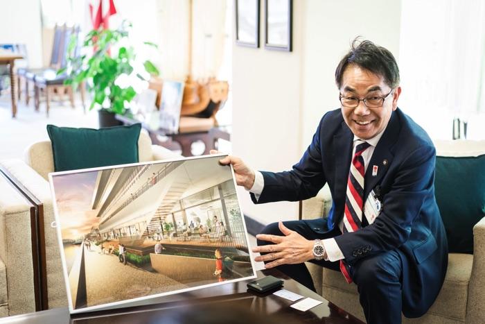 尾道市役所新庁舎の完成予想図を見せながら語る平谷市長