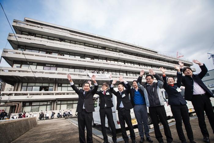 尾道市役所から「瑞風」のお客様が乗られたクルーザーに向かって手を振る職員の皆さん