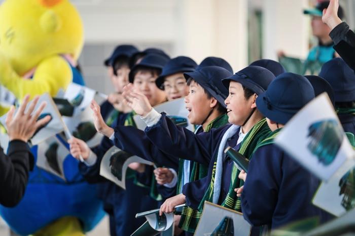 尾道駅で「瑞風」のお客様を出迎える地域の子どもたち