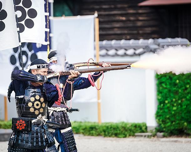 歓迎の喜びを放つ、岩国藩鉄砲隊の祝砲